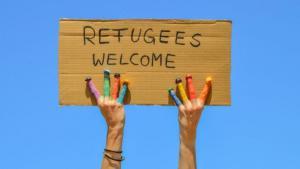 """Schild mit der Aufschrift """"Flüchtlinge willkommen""""; Quelle: fotolia.com"""