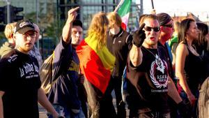 """Anhänger des Pegida-Ablegers """"Bärgida"""" demonstrrieren am 15.06.2015 unter dem Motto 'Berliner Patrioten gegen Islamisierung des Abendlandes' in Berlin; Foto: picture alliance/Geisler-Fotopress/M. Golejewski"""