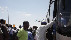 Flüchtlinge beim Einstieg in einen Bus in Israel; Foto: Ylenia Gostoli