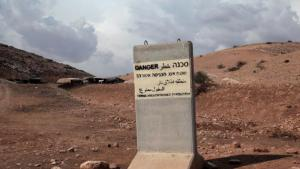 Die Armee hat das Gebiet zum militärischen Truppenübungsplatz erklärt und bekannt gegeben, aufgrund des andauernden Geschützfeuers sei es für die Bewohner zu gefährlich, dort zu bleiben. Das Bild zeigt ein israelisches Militärschild auf von Beduinen bewohntem Land, das die Region zum militärischen Übungsgebiet erklärt und allen Zivilisten den Zutritt verbietet.