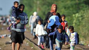 Syrische Flüchtlinge an der serbisch-ungarischen Grenze; Foto: Getty Images/AFP/E. Barukcic