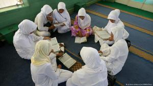 Indonesische Muslima sitzen lesend im Kreis; Foto: picture-alliance/ZUMA Press