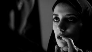 "Filmszene aus ""A Girl Walks Home Alone at Night"""