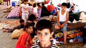 """Ungewisse Zukunft: Zehntausende irakische Jesiden mussten im vergangenen Jahr vor der Terrormiliz """"Islamischer Staat"""" fliehen. Wann sie in ihre Heimatdörfer im Sindschar-Gebirge zurückkehren können, weiß niemand. Wie dieser Junge in einem Flüchtlingslager in Silopi nahe der türkisch-irakischen Grenze blicken sie weiterhin einer ungewissen Zukunft entgegen."""