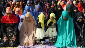 Vereint im Gebet: Das Opferfest markiert den Höhepunkt des muslimischen Hadsch, der Wallfahrt nach Mekka. Jeder Muslim sollte ein Mal in seinem Leben in die heilige Stadt pilgern - aber nicht jeder kann es sich leisten. Gefeiert wird darum auch rund um den Globus, so wie diese Frauen in Nairobi in Kenia, und gebetet wird auch überall.