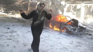 Syrerin aus Aleppo flieht vor Luftangriffen des Assad-Regimes; Foto: Khaled Khatib/AFP/Getty Images