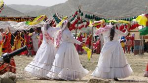 Diese Drei Bräute des Qashqai-Stammes werden von traditionell gekleideten Qashqai-Frauen begleitet.