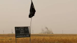 """Fahne und Schild des """"Islamischen Staates"""" (IS) im Distrikt Daquq, südlich von Kirkuk; Foto: Getty Images/AFP/M. Ibrahim"""