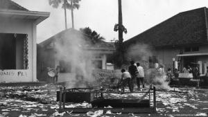 Brandanschläge und Übergriffe auf indonesische Kommunisten 1965; Foto: Carol Goldstein/Keystone/Getty Images