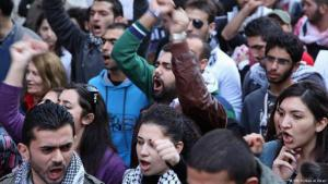 Libanesische Demonstranten protestieren im Februar 2013 in Beirut; Foto: DW
