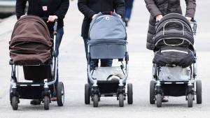 Frauen schieben Kinderwagen in Travemünde; Foto: picture-alliance/dpa/M. Brandt