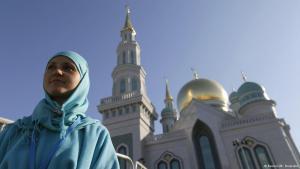 Muslima vor neu eröffneter Moschee in Moskau; Foto: Reuters