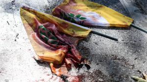 Blutdurchtränkte HDP-Fahnen am Anschlagsort in Ankara; Foto: Getty Images/G. Tan