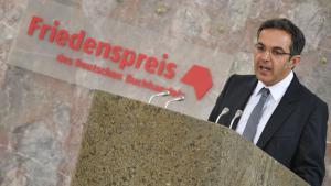 Der deutsch-iranische Schriftsteller und Orientalist Navid Kermani hält am 18.10.2015 bei der Verleihung des Friedenspreises des Deutschen Buchhandels in der Paulskirche in Frankfurt seine Dankesrede; Foto: Arne Dedert/dpa