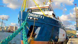 """Gemeinsam mit der """"Phoenix"""" und der """"Argos"""" gehört die """"Dignity 1"""" zur Rettungsflotte, die seit diesem Jahr von der Organisation """"Ärzte ohne Grenzen"""" im Mittelmeer betrieben wird. Dieses fünfzig Meter lange Schiff hat allein über 5.000 Menschen aus dem Meer an Bord genommen. Mit den drei Schiffen wurden insgesamt 17.000 Menschen gerettet. Sie operieren in einem Gebiet, das rund dreißig Seemeilen vor der libyschen Küste liegt."""