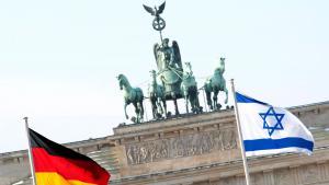 Deutsche und israelische Nationalflagge vor dem Brandenburger Tor in Berlin; Foto: picture-alliance/dpa/R. Schlesinger