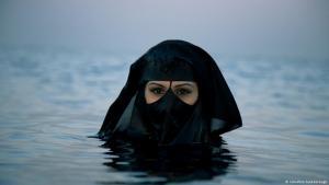 """Verschleierte Frau, fotografiert vom britischen Fotografen Sebastian Farmborough 2014 in Dubai als Teil des Projekts """"An Emerging Mystery""""; Foto: Sebastian Farmborough"""