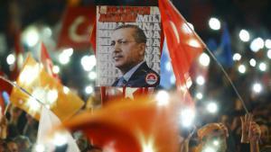 Anhänger Erdoğans in Ankara bejubend den Wahlsieg der AKP; Foto: Reuters