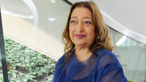 """Ausnahmefrau in Männerdomäne: Die Architektin Zaha Hadid gilt als unbequem, aber genial. Damit eroberte sie eine Männerdomäne und landete im Olymp der Baukünste. Als erste Frau erhielt sie 2004 den """"Nobel-Preis"""" der Architekten, den Pritzker Preis. Im Jahre 2009 wurde ihr der hochdotierte """"Praemium Imperiale"""" verliehen. Die im irakischen Bagdad geborene Hadid lebt heute in London."""