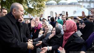 Der türkische Präsident Erdogan mit seinen Anhängern am Wahlabend in Istanbul. Foto: DPA