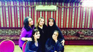 """Saudisches Frauentheater im Zeichen des Wandels: Die Regisseurin Lurin Al Issa und ihre Schauspielerinnen wurden in der saudischen Zeitung """"Al-Riyadh"""" unverschleiert abgebildet wurden. Foto: privat"""
