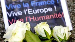Blumen am Anschlagsort Club Bataclan in Paris; Foto: Reuters