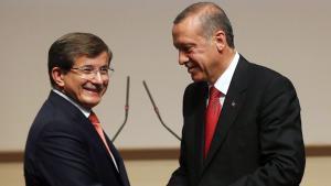 Der türkische Präsident Erdoğan (r.) mit Premier Davutoğlu; Foto: AFP/Getty Images A. Altan