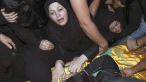 """Eine Frau in Beirut trauert um eines der Opfer vom 12. November 2015. Der Tote war Mitglied der schiitischen Hisbollah-Miliz, die vom """"Islamischen Staat"""" bekämpft wird; Foto: Reuters"""