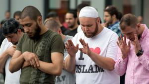 Anhänger des radikal-islamischen Predigers Pierre Vogel nehmen am 07.09.2013 an einer Demonstration in der Innenstadt von Frankfurt am Main teil; Foto: picture-alliance/dpa/B. Roessler