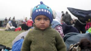 Flüchtlingskind bei Rigonce; Foto: picture-alliance/AA/S. Mayic
