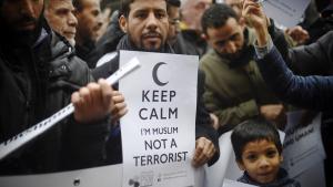Muslime protestieren öffentlich gegen Gewalt im Namen des Islam nach den Anschlägen von Paris; Foto: Getty Images/AFP/O. Morin