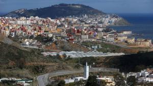 Der Grenzzaun um Ceuta (untere Bildhälfte) teilt marokkanisches von spanischem Hoheitsgebiet; Foto: Reuters/Juan Medina