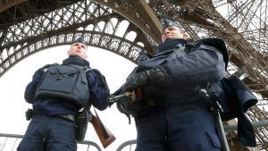 Polizei vor dem Eiffelturm; Foto: Reuters/Y. Hermann