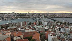 """Istanbuls """"Gäste"""": Fast 400.000 Flüchtlinge aus Syrien leben inzwischen in der türkischen Millionenmetropole Istanbul und damit laut Schätzungen fast so viele wie in ganz Europa. In der Türkei gelten sie als """"Misafir"""", als """"Gäste"""" - ohne Anspruch auf Asyl und Arbeit."""