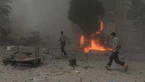 Fassbomben-Abwurf des Assad-Regimes über Douma, Damaskus; Foto: Reuters/B. Khabieh