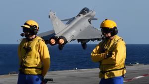 Französischer Rafale-Kampfjet startet vom Flugzeugträger Charles de Gaulle zum Einsatz gegen den IS in Syrien; Foto: Getty Images/AFP/A. C. Poujoulat