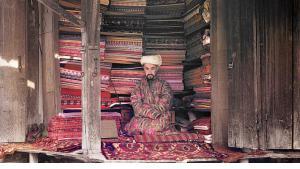 Ein Stoffhändler in seinem Laden in Samarkand (heutiges Usbekistan)