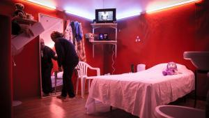 """Nachgestelltes Zimmer einer Prostituierten in der Performance """"Grande Maison""""; Foto: Soliman/Gielens"""