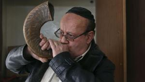 Zebulon Simentov, der letzte Jude Afghanistans, stößt in das Shofar-Horn; Foto: Reuters