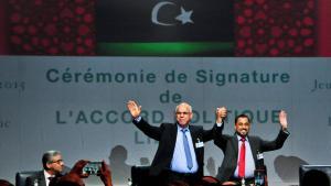 Libysche Delegierte nach dem Abschluss des UN-Friedenabkommens für Libyen in Skhirat; Foto: imago/Xinhua