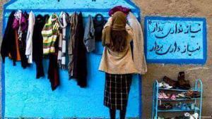 """Junge Frau steht mit dem Rücken zu einer """"Wand der Nächstenliebe""""; Foto: privat"""