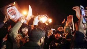 Iranische Demonstranten vor der Botschaft in Teheran verbrennen Portraits der saudischen Königsfamilie
