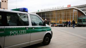 Polizei am Hauptbahnhof-Vorplatz in Köln; Foto: Reuters/W. Rattay