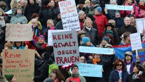 Demonstration gegen Gewalt gegen Frauen auf der Kölner Domplatte; Foto: DW/N. Martin