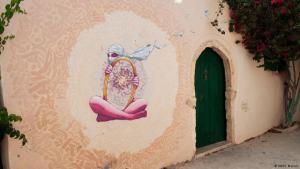 Graffiti einer verschleierten Frau mit Spiegel; Foto: Sarah Mersch