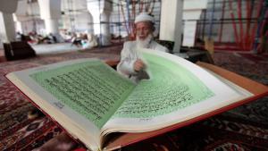 Muslim in Sanaa liest den Koran; Foto: Reuters