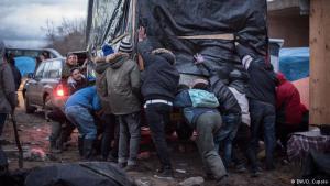 """Vor der Zwangsräumung: Freiwillige helfen den Flüchtlingen, ihre Unterkünfte zu transportieren. Zuvor hatten die Behörden die Migranten aufgefordert, Platz für die Pufferzone zu schaffen. Die soll den Weg zum Eurotunnel versperren, durch den viele Flüchtlinge nach England gelangen wollen. """"Wir unterstützen sie, ihre Würde zu bewahren"""", erklärt ein freiwilliger Helfer sein Motiv."""