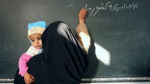 Frau während Farsi-Sprachunterrichts im Iran; Foto: ayaronline