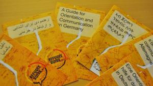 """""""RefugeeGuide""""-Broschüren in mehreren Sprachausgaben; Foto: """"RefugeeGuide"""""""