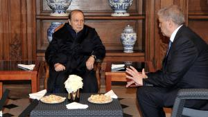 Der schwer erkrankte algerische Präsident Abdelaziz (l.) empfängt den neuen Armeechef Ahmed Gaïd Salah; Foto: AFP/Getty Images